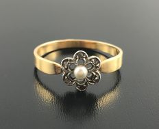 Flower ring in 18 kt gold from the 19th century. Embellished with a delicate pearl and diamond roses - No reserve.