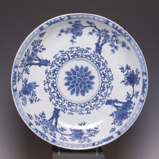 Large blue and white porcelain dish with a grooved edge, wonderful floral decoration around a medallion – China – early 18th century (Kangxi period).