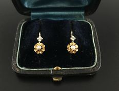 Elegant pair of 19th century stud earrings in 18 kt gold decorated with fine pearls - No reserve