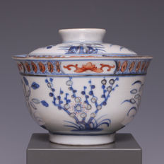 "Nice blue white and polychrome  decorated porcelain bowl, with the decortion ""three friends"", bamboo, pine tree and prunus - China - ca. 1900"