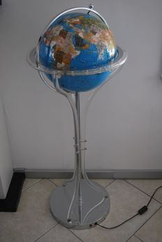 A very large globe, set on an 1.15 m tall illuminated foot with a globe diameter of approx. 38 cm!