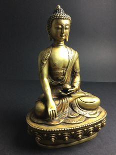 Representation of Buddha Shakyamuni in patinated golden copper - Nepal - end of the 20th century