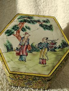 Enamelled box with lid - China - around 1790