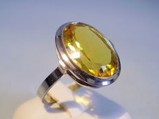 A citrine solitaire ring, oval cut citrine, 7.50 ct.