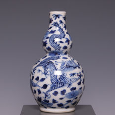 Beautiful blue and white porcelain gourd vase, dragons with four claws – China – 19th century