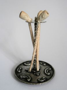 Silver miniature pipe stand with three pipes, H. Hooijkaas, Schoonhoven, 2nd half 20th century