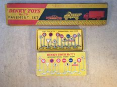 Dinky Toys – Scale 1/43 – Road Signs No. 771 and Dinky Toys Pavement set No. 754