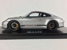 Spark - Scale 1/18 - Porsche 911 R 2016 - Grey with Red Stripes and Showcase