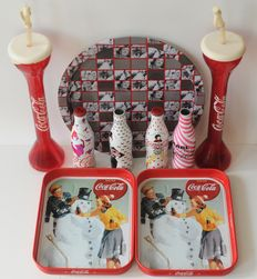 Lot of three trays with Coca Cola print, four Coca Cola bottles with design of several fashion brands Carl Lagerfeld - Marc Jacobs - 2011-2013 and two long-drink cups
