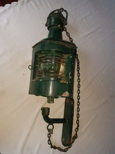 Ship´s lamp with holder on original chain