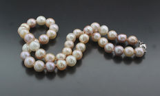 A cultivated pearl necklace of white, light apricot and bright rose/purple hue, 585 white gold