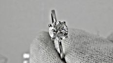 0.95 ct round diamond ring made of 14 kt white gold