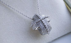 Recarlo – 18 kt white gold cross necklace with pavè of diamonds (0.68 ct total).