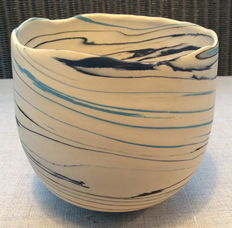 Babs Haenen (1948) - porcelain sculptural container/pot