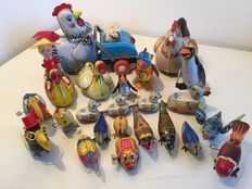 Various brands/countries – Various sizes – Lot consisting of 20 tin egg-laying chickens and birds with battery/friction/clockwork motor, 1970s/90s