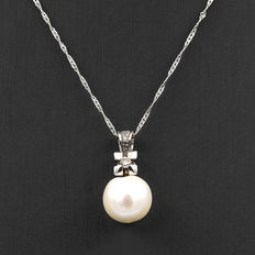 Choker with white gold pendant, brilliant cut diamonds and freshwater pearl.