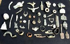 Lot comprising 124 various objects, a.o. fibulae and amulets  etc.. - Various sizes