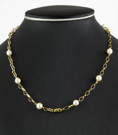 Yellow gold necklace with Akoya pearls.