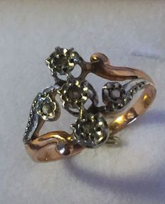 18 kt/750 rose gold ring set with 5 diamonds on a platinum mount.