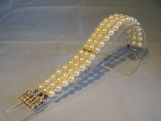Three-series akoya pearl bracelet with 14 kt gold clasp with emeralds of 0.15 ct