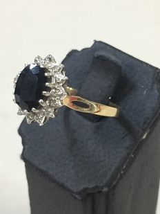 14 kt bi-colour gold entourage ring with sapphire and cut diamonds