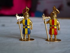 2 pendants in 750/1000 yellow gold – Two Swiss guards of the Vatican City, on round base – Pieces of goldsmith art – Yellow-red guard: 5.11 g – Yellow-blue guard: 5.01 g – Total weight: 10.12 g