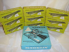 Märklin H0 - 5106/7192 - Large lot of 90x straight M-tracks and electrically operated level crossing