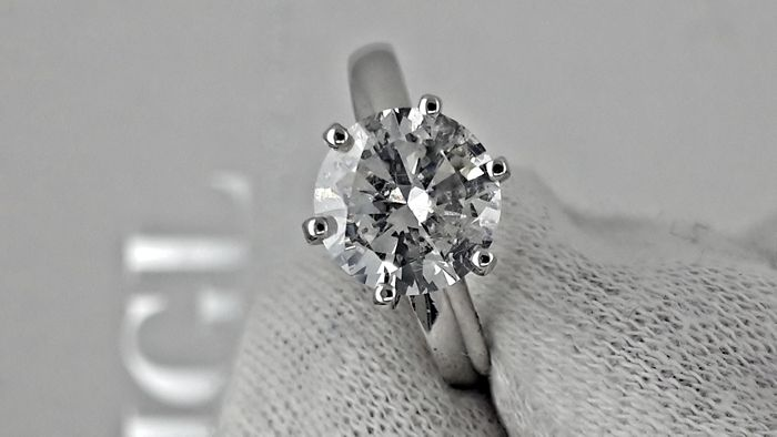 2.20 ct round diamond ring made of 14 kt white gold