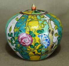 Beautiful coloured porcelain jar with flowers - China - ca. 1900