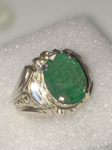 Silver ring with 5 ct natural emerald