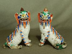 Two special coloured porcelain temple lions - China - 18th century