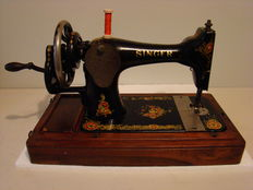 Singer 28K sewing machine with wooden dust cover, 1910