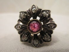 Gold and silver ring with approx. 1 ct ruby and approx. 0.70 carat coronet-cut diamonds, around 1900/1920