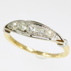 Art Deco gold ring with 5 old mine cut diamonds, anno 1920