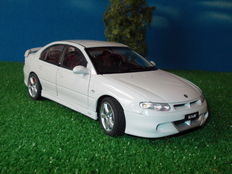 "Biante-AUTOart - Scale 1/18 - Holden Commodore VT2 HSV R8 Clubsport 250kW LS1 ""Opel Omega B based ""- Heron White"