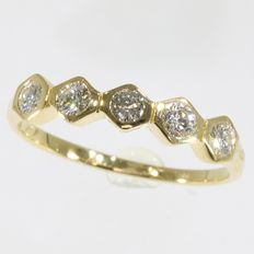Diamond inline ring with 5 brilliants set in one line; As new; period: circa 1980