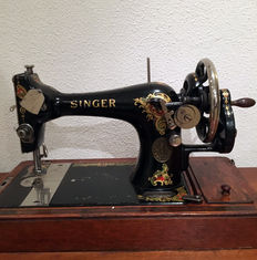 Very beautiful Singer 128K sewing machine with wooden cover, 1914