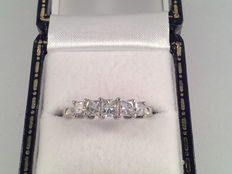 18 karat white gold ring with 5 diamonds, 0.70 ct in total