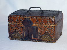 Treasure chest in wood, leather and wrought iron - Spain - 17th-18th