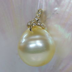Gold South Sea pearl pendant 15.6 x 16.4 mm with 11 diamonds 0.22 ct