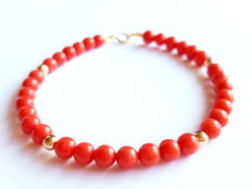Bracelet made of 100% natural red coral beads from the Mediterranean and 750/1000 kt yellow gold clasp and in-between beads.