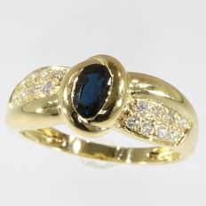 Yellow gold ring with brilliant cut diamonds and big sapphire - AS NEW - circa 1980