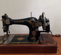 Very beautiful Singer 128K sewing machine with wooden cover, 1920