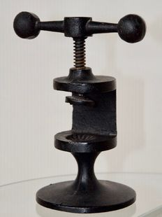 Robert Welch – Nutcracker made of solid cast iron with a steel axle