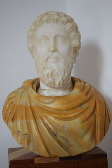 Two-tone marble bust depicting the Roman Emperor Marcus Aurelius - Italy - Neoclassical school - around the early 20th century