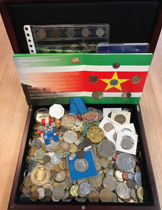 World – Batch of various coins and tokens (± 5 kg) including silver, in a wooden box