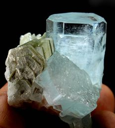 Transparent Aquamarine Crystal Cluster with Mica - 43 x 48 x 37mm - 61 gm