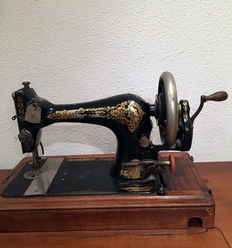 Very beautiful Singer 128K sewing machine with wooden cover, 1908