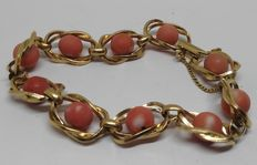 Large 18 kt yellow gold bracelet, with salmon-coloured coral beads.