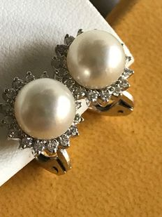Visconti – Gold earrings, with 8.5 mm Akoya pearls and 0.36 ct diamonds.